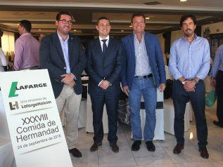 El director de Lafarge, Miguel Ángel Urbano, con los representantes del Ayuntamiento de Canet d'En Berenguer