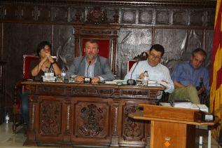 La edila de Hacienda, Teresa García, junto al alcalde, Francesc Fernández, en el pleno celebrado ayer
